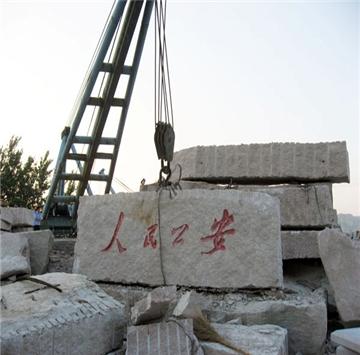 """莱阳光磊石材厂成立于1986年,位于山东省莱阳市,交通便利,运输发达。现已拥有资深采矿、加工的专业人员,严密的管理制度,雄厚的技术力量和先进的生产设备,是集矿山开采、石材加工、产品销售为一体的大型专业化石材厂。 公司主要产品有:各色砂岩,大理石、花岗岩、鹅卵石。独家开采与销售有:白砂岩、金黄砂岩、黄木纹砂岩、灰黄砂岩、灰绿砂岩、灰砂岩;并生产公园桌凳、游泳池边、台阶石、弧形板、圆球、圆柱、石雕等各种异型石材。 公司产品远销欧美、日本、韩国、台湾等几十个国家和地区,年销售量在50万平方米以上。公司""""产品高质量、企业重信誉""""的经营理念赢得了国内外客户的广泛好评。"""
