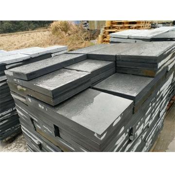 青石板易于劈制成面积不大的薄板,过去常用于园林中的地面、屋面瓦等。因其古朴自然,一些室内装饰中将其用于局部墙面装饰,返朴归真的效果颇受欢迎。青石板取其劈制的天然效果,表面一般不经打磨,也不受力,帮挑选时只要没有贯通的裂纹即可使用。 青石板质地密实,强度好,易于加工,可采用简单工艺凿割成薄板或条形材,是理想的建筑装饰材料。用于建筑物墙裙、地坪铺贴以及庭院栏杆(板)、台阶灯,具有古建筑的独特风格。 常用青石板的色泽为豆青色和深豆青色以及青色带灰白结晶颗粒等多种。青石板格局加工工艺的不同分为粗毛面板、细毛面板和剁斧板等多种。尚可根据建筑意图加工成光面(磨光)板。 青石文化板材是一种新型的高级装饰材料,纯天然无污染无辐射、质地优良、经久耐用、价廉物美。丰富的石文化底蕴又使其具备了极高的观赏价值和收藏价值。 联系电话:  13361729532 联系人:吴先生 QQ:1090489537