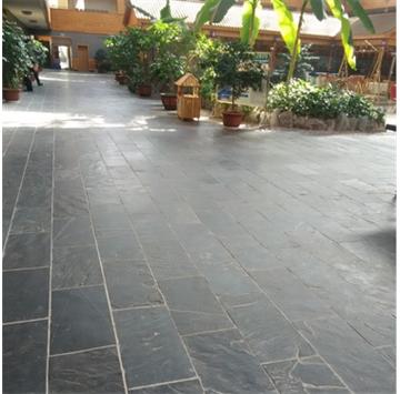 黑色板岩又称青石板,是比较常用的板岩产品之一,黑色板岩易于加工厚度不等的薄板,以前经常用于花园、别墅小院、公园中的地面、屋顶瓦片等。因其古朴自然,现代家装中将其用于局部墙面、地面装饰,返朴归真的效果深受人们的喜爱。黑色板岩取其劈制的天然效果,表面一般不经打磨,也不受力,帮挑选时只要没有贯通的裂纹即可使用。  天弘石材常年供应品质优良的板岩,产品远销欧美等地,深受广大客户的好评! 电话:13361729532 联系人:吴先生 QQ:1090489537
