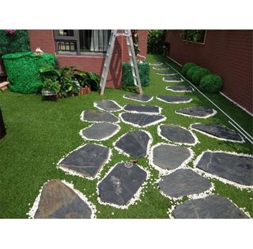 板岩由于耐气候和耐污染,经常用于各种住宅和商业的环境美化工程。经常用来铺设路径,装点泳池周边,包括外墙,甚至庭院。板岩石材也可以用来做喷泉,将传统和现代风格相结合。