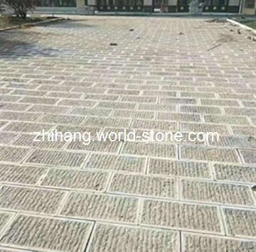 青石是各种石材中最环保的石材,因其取材方便,自然存量巨大,耐磨,耐风化,无辐射,常用于家具家装及户外建筑中。也广泛用于高速公路、高速铁路、乡村公路、建筑用砂等多种领域,青石是建筑行业的理想材料。